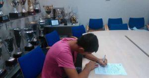 Il giovane Frulio alla firma