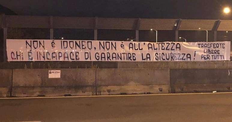 Gli striscioni di protesta dei supporter della Cavese ph pagina facebook Io tifo Cavese