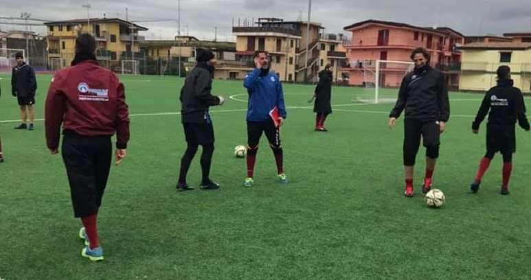 Tommaso Napoli dirige l'allenamento ph Calcio Pomigliano