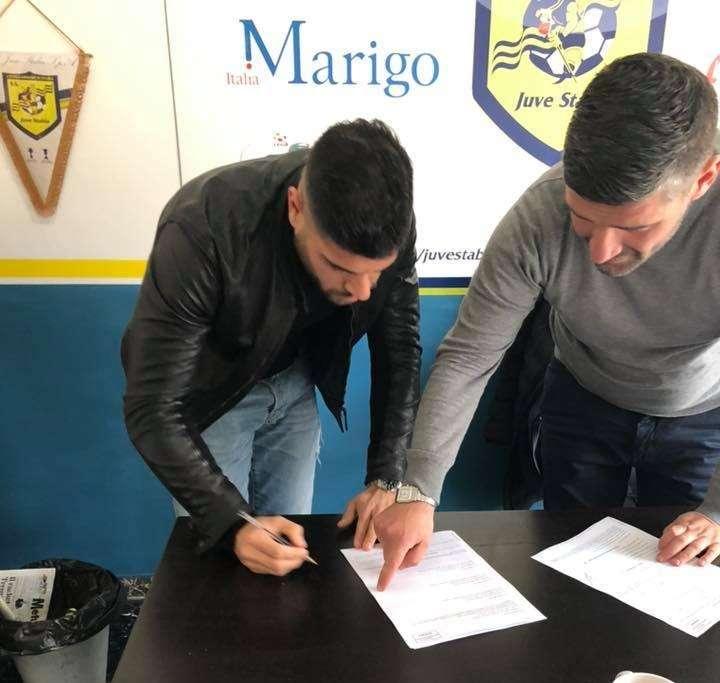 Torromino firma il contratto che lo lega alla Juve Stabia ph Donato Di Campli