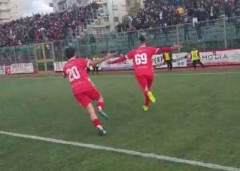 Riccio esulta dopo il gol al Bari ph Turris