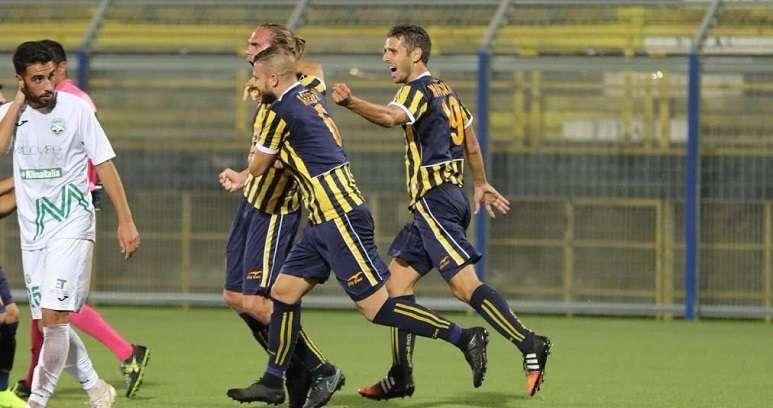 La difesa della Juve Stabia esulta dopo un gol ph Antonio Gargiulo S.S. Juve Stabia