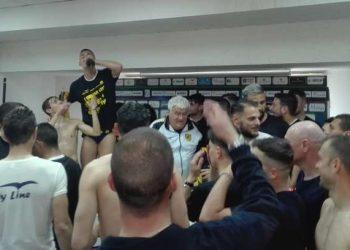 Squadra, staff e presidente festeggiano in maniera sfrenata la promozione in B della Juve Stabia ph Il Resto del Calcio
