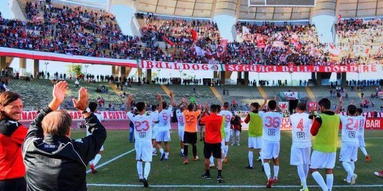 Tifosi e squadra Bari ph SSC Bari