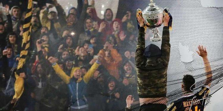 La Curva Sud alza il trofeo ph Antonio Gargiulo S.S. Juve Stabia