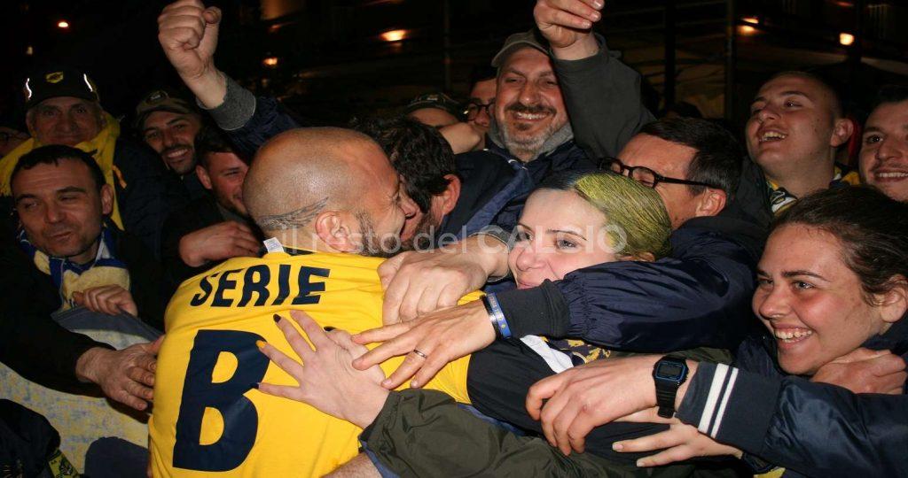 La Juve Stabia celebra la B con i suoi tifosi ph Il Resto del Calcio