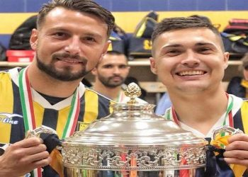 Paponi e Mastalli con il trofeo per la vittoria del Girone C ph S.S. Juve Stabia